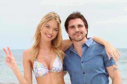 Juanes y Martha Hunt en la playa