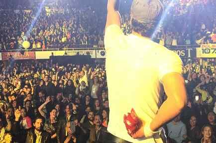 Enrique Iglesias con su mano ensangrentada y vendada durante un concierto en Tijuana, México