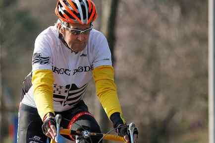 John Kerry montando en bicicleta en Ginebra el 18 de marzo
