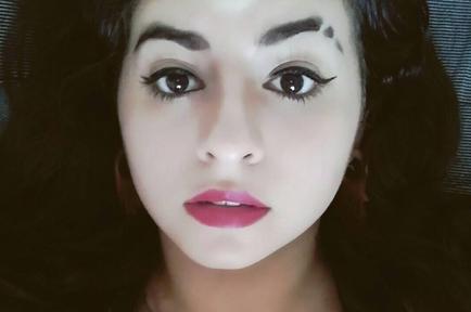 Mujer con la ceja cortada