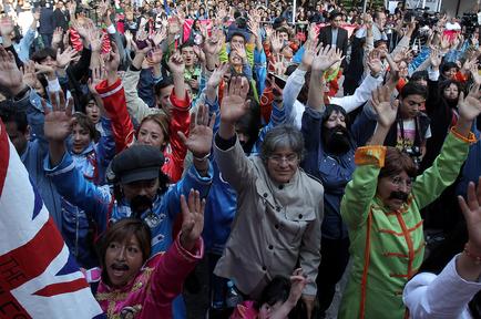 Cientos de personas vestidas como los integrantes de la banda británica The Beatles
