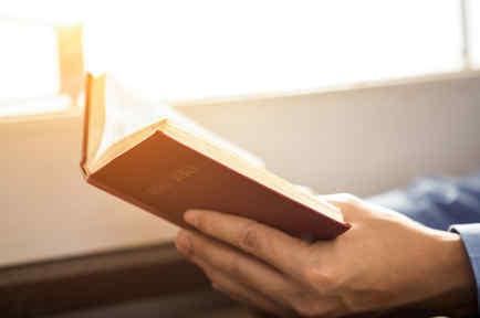 Pastor con Biblia en manos