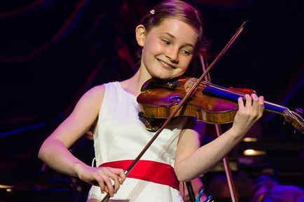 Alma Deutscher, la niña compositora, tocando el violín