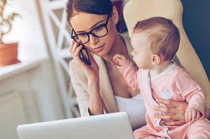 Mujer ejecutiva con bebé
