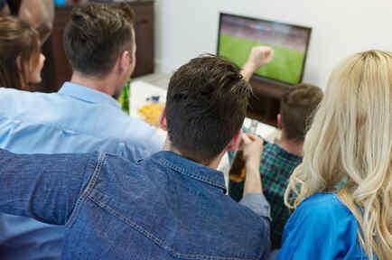 Grupo de amigos mirando partido