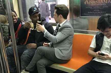 Extraños comparten vino en Metro de NY.