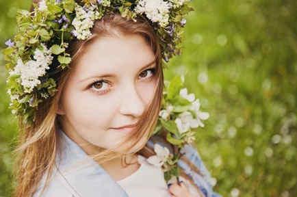Chica con corona de flores