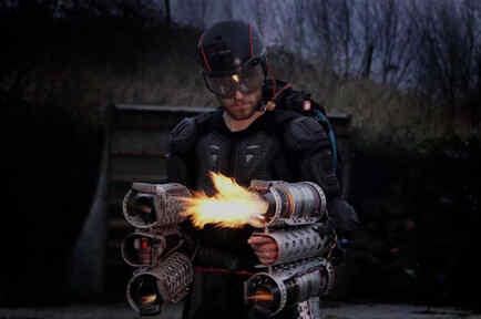 Richard Browing probándose el traje de Iron Man