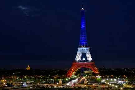 La torre Eiffel vista de noche.