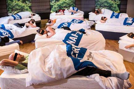 Personas durmiendo con antifaces y en camas