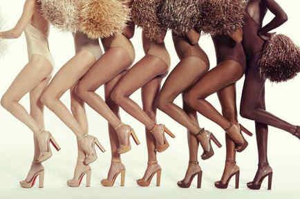 Modelos mostrando colección de zapatos Christian Louboutin