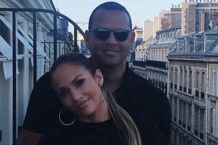Alex Rodriguez abrazando a Jennifer Lopez