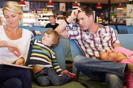 Familia esperando en el aeropuerto