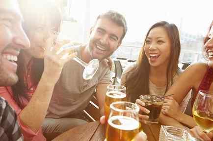 Jóvenes sonriendo y bebiendo cerveza