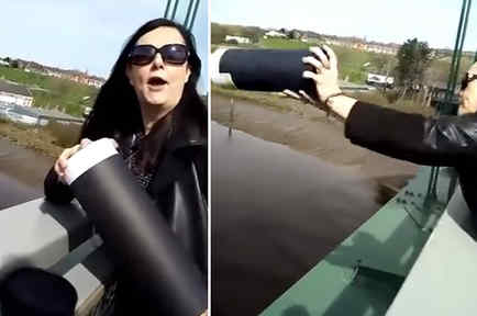 Mujer tirando las cenizas de su madre en un puente