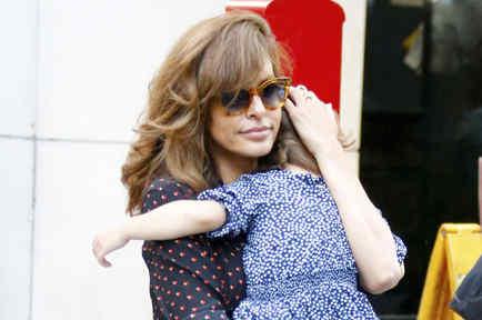 Eva Mendes cargando a su hija Esmeralda