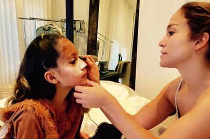 Jennifer Lopez maquillando a Emme