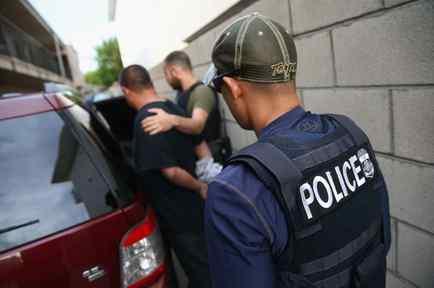 Carrillo indica que los agentes que se lo llevaron vestían chalecos que decía 'Policía'.