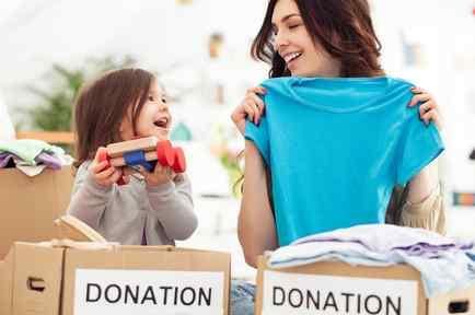 Madre e hija haciendo donaciones