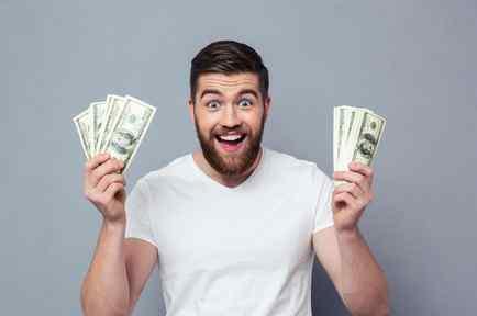 Hombre feliz con dinero