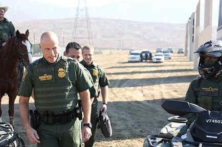 Comisionado de Patrulla Fronteriza, Ronald D. Vitiello, visita zona del muro con México.