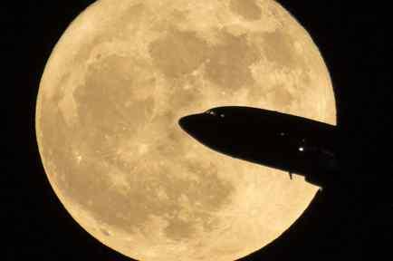 Un avión pasa frente a la superluna del 3 de diciembre de 2017 en Washington. NASA/Bill Ingalls