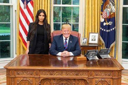 Kim Kardashian con Donald Trump en la Oficina Oval