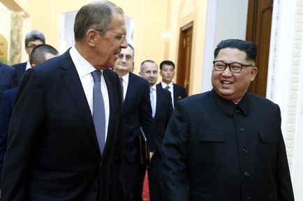 El canciller ruso en Pyongang con el líder norcoreano Kim Jong-un