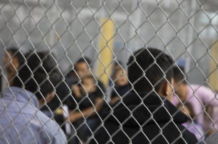 Hombres detenidos en centro
