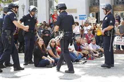 Personas son detenidas durante una protesta en Los Ángeles contra la separación de familias