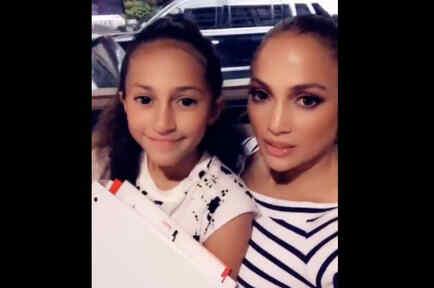 Jennifer Lopez y Emme mostrando su libro