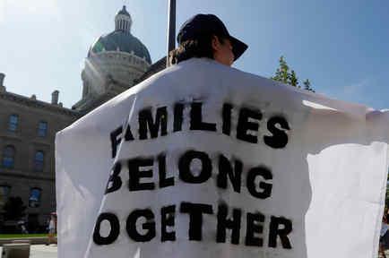 Una persona se manifiesta en contra de la separación de familias en Washington