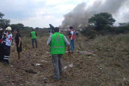 Equipos de rescate acuden al lugar del accidente de un avión en Durango, México el 31 de julio de 2018