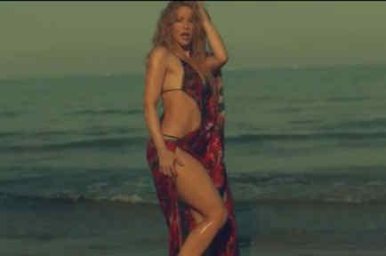 Shakira bailando en el mar