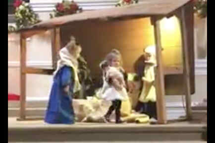 Niños peleando en la pastorela navideña