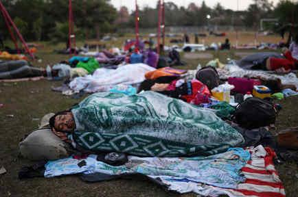 Miembros de la caravana duermen en campo abierto en territorio mexicano