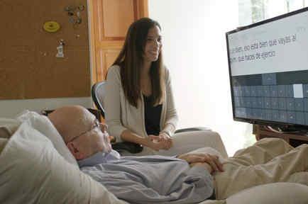 El analista de datos guatemalteco Otto Knoke (i), que por padecer esclerosis lateral amiotrófica se convirtió en la primera persona en Guatemala en usar el nuevo software de seguimiento ocular de Microsoft para Windows 10, llamado Eye Control.