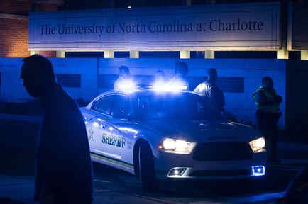 La policía aseguró la entrada principal de la universidad después de un tiroteo fatal en la escuela en Charlotte, Carolina del Norte.