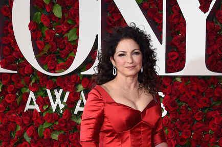 Gloria Estefan con vestido rojo