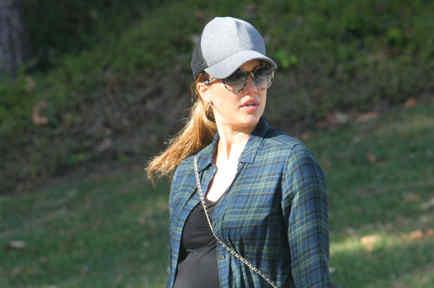 Jessica Alba con gorra y gafas