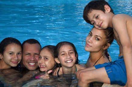 Jennifer Lopez, Alex Rodriguez y sus hijos en la piscina