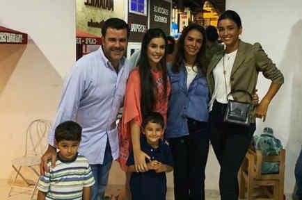 Biby Gaytán con sus mellizos, su esposo y sus hijas