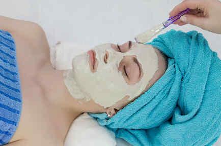 Mujer con mascarilla de arcilla