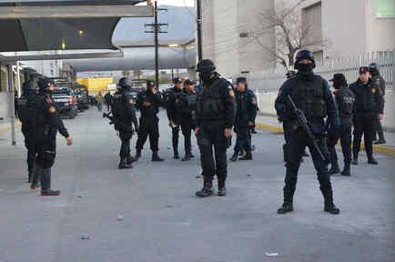 Guardias permanecen en la entrada de la cárcel Topo Chico.