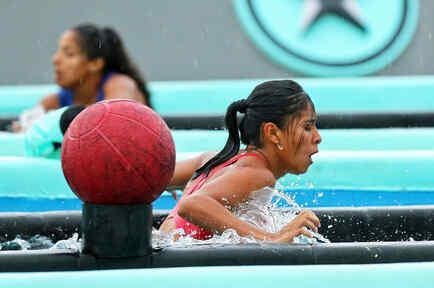 Shaila y Jasmín en la piscina