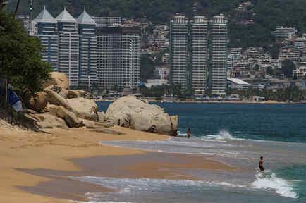 Se ve a turistas en una playa durante la reapertura de playas y hoteles luego de que se suavizaran las medidas de confinamiento esta semana, mientras continúa el brote de coronavirus (COVID-19) en Acapulco, México.