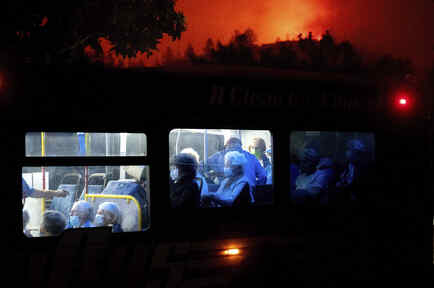 Adultos mayores son evacuados por incendios en California