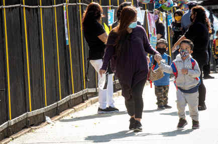 Los niños son recibidos en su primer día de preescolar durante la pandemia de coronavirus en el distrito de Queens de la ciudad de Nueva York, EE.UU., 21 de septiembre, 2020.