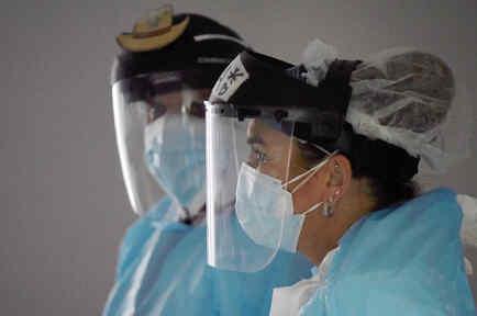 El doctor Joseph Varon y Tanna Ingraham usan protectores faciales dentro de la unidad de la enfermedad por coronavirus en el United Memorial Medical Center en Houston