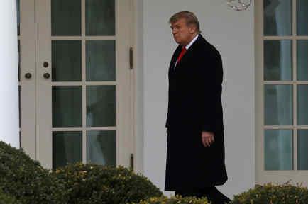 El presidente de Estados Unidos, Donald Trump, camina hacia la Oficina Oval después de regresar de Mar-A-Lago a la Casa Blanca en Washington